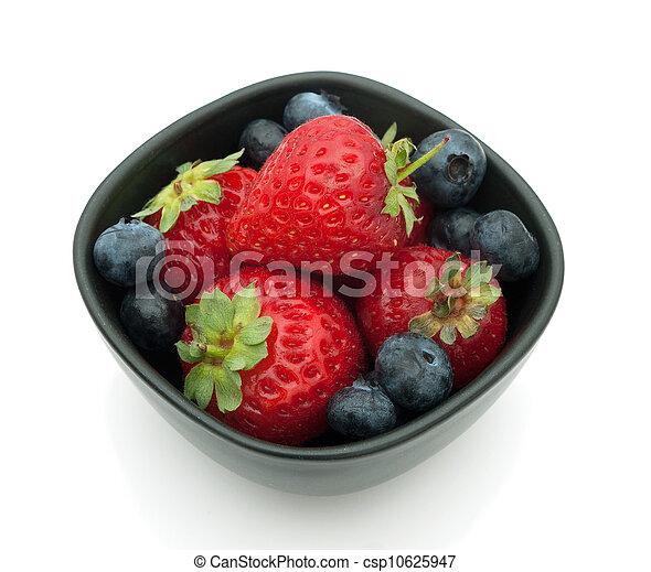 Fresas y arándanos sobre el blanco - csp10625947