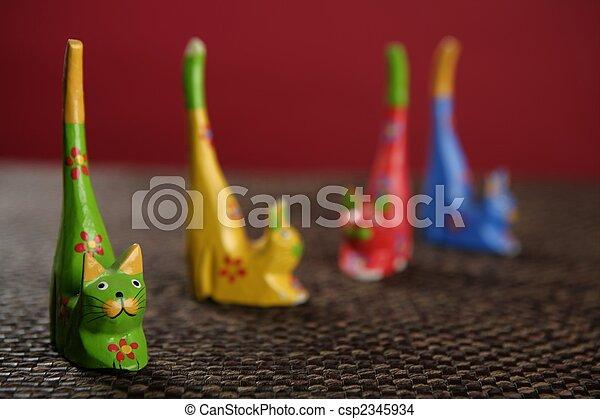 Cuatro gatos de manual en colores todavía sobre el mantel - csp2345934