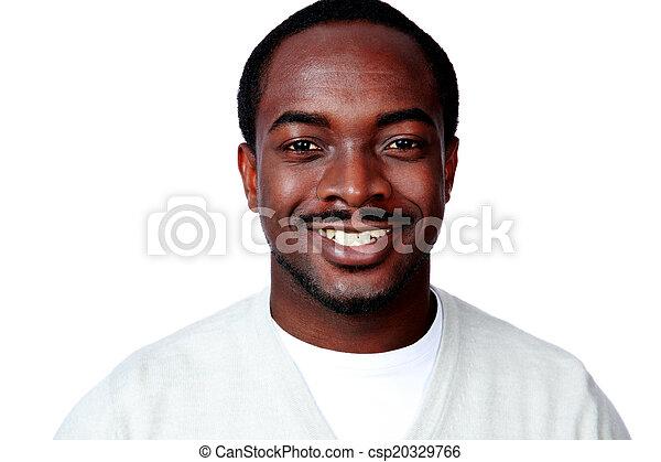 Retrato de un sonriente hombre africano sobre fondo blanco - csp20329766
