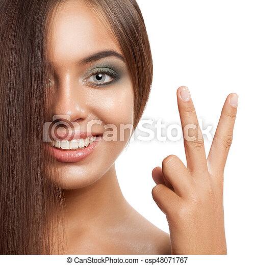 Una feliz mujer sonriente con el pelo alisado. - csp48071767