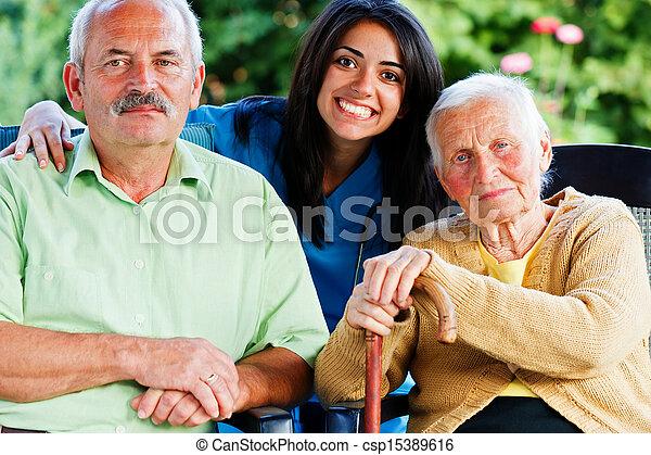 Enfermera con ancianos - csp15389616