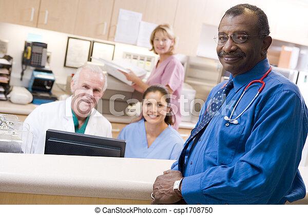 Médicos y enfermeras en el área de recepción de un hospital - csp1708750