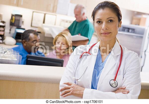 Médicos y enfermeras en el área de recepción de un hospital - csp1706101