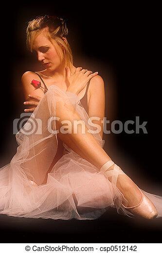 Una bailarina, con rosa - enfoque suave. - csp0512142