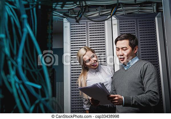 engenheiros, servidor, homens negócios, sala, jovem - csp33438998