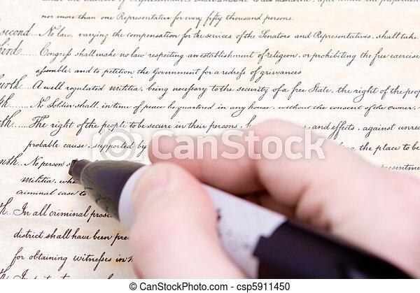 Editando la cuarta enmienda constitucional de EE.UU - csp5911450