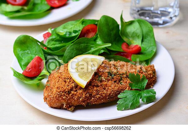 Horneado en migas de pan filete de pollo con ensalada - csp56698262