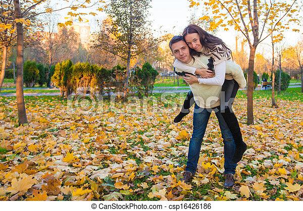 ensoleillé, couple, parc, avoir, automne, automne, amusement, jour, heureux - csp16426186