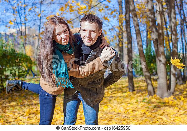 ensoleillé, couple, parc, jeune, avoir, automne, automne, amusement, jour - csp16425950
