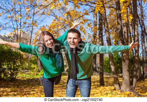 ensoleillé, couple, parc, jeune, avoir, automne, automne, amusement, jour - csp21502740