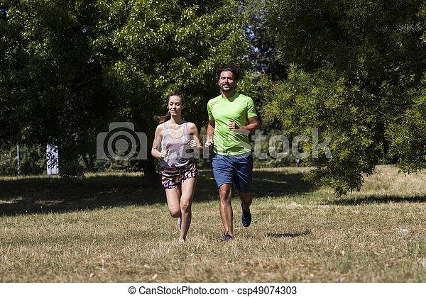 ensoleillé, couple, parc, jeune, courant, jour - csp49074303