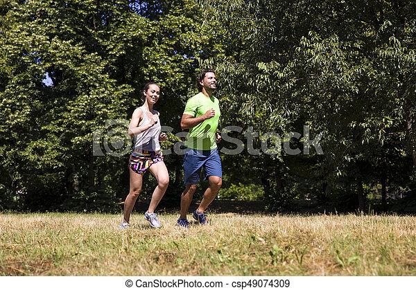 ensoleillé, couple, parc, jeune, courant, jour - csp49074309
