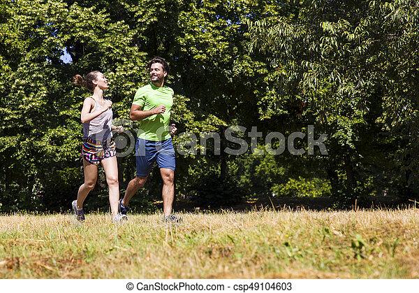 ensoleillé, couple, parc, jeune, courant, jour - csp49104603