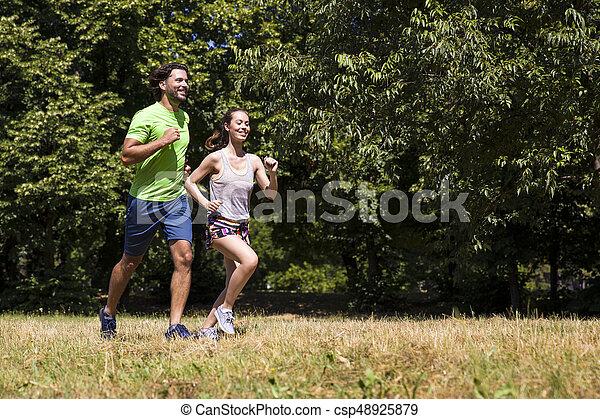 ensoleillé, couple, parc, jeune, courant, jour - csp48925879