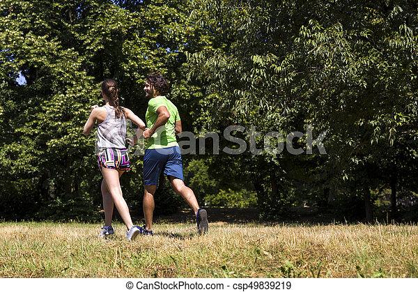 ensoleillé, couple, parc, jeune, courant, jour - csp49839219