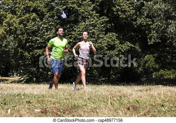ensoleillé, couple, parc, jeune, courant, jour - csp48977156