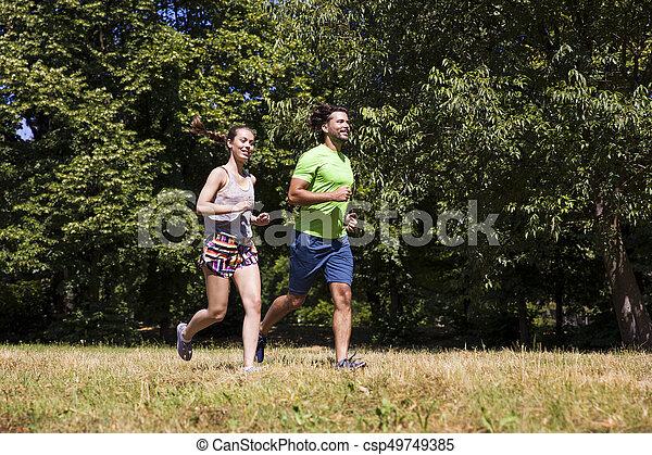 ensoleillé, couple, parc, jeune, courant, jour - csp49749385