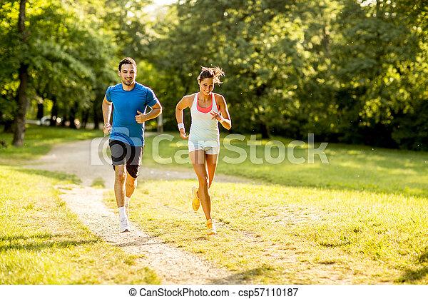 ensoleillé, couple, parc, jeune, courant, jour - csp57110187