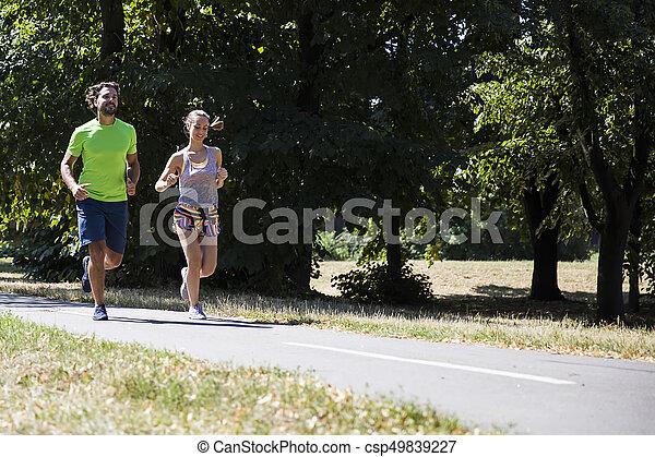 ensoleillé, couple, parc, jeune, courant, jour - csp49839227