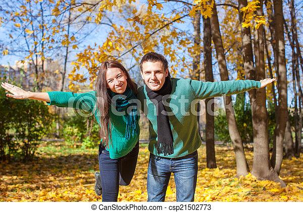 ensoleillé, couple, parc, jeune, automne, diminuez jour - csp21502773