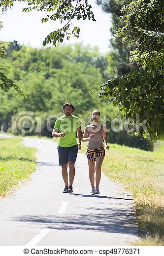 ensoleillé, couple, parc, jeune, courant, jour - csp49776371