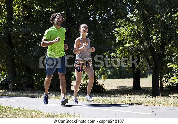 ensoleillé, couple, parc, jeune, courant, jour - csp49248187