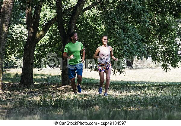 ensoleillé, couple, parc, jeune, courant, jour - csp49104597