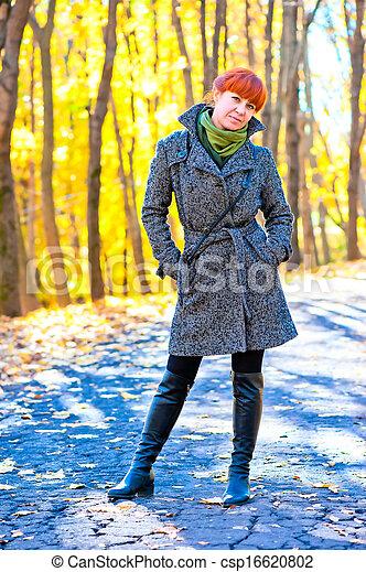 ensoleillé, parc, promenade, automne, girl, jour - csp16620802