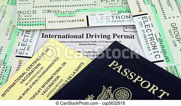 Colección de documentos de viaje - pasaporte, permiso de conducción internacional, certificado de vacunación internacional y pases de embarque de aerolíneas. - csp5632918