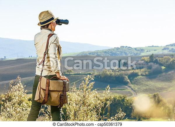 Entfernung frau toscana wanderer sehen fernglas. schauen frau