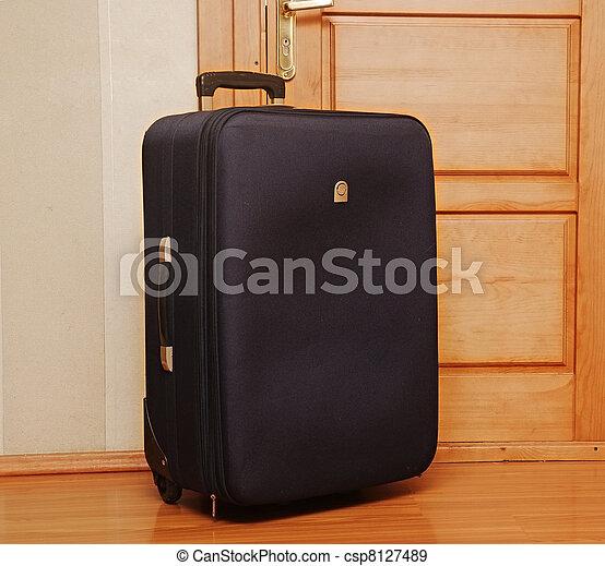 entr e porte s ance int rieur une noir valise. Black Bedroom Furniture Sets. Home Design Ideas