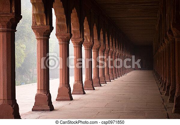Corredor de entrada al Taj Mahal - csp0971850