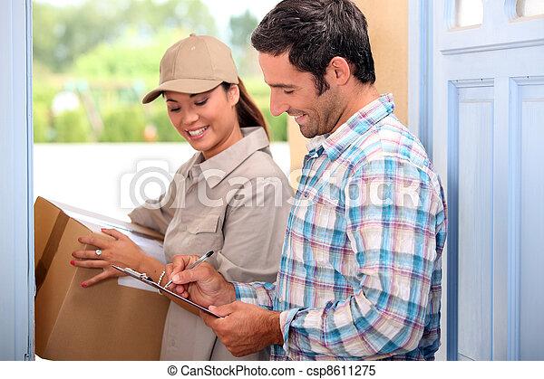 entrega, toma, paquete, hombre - csp8611275