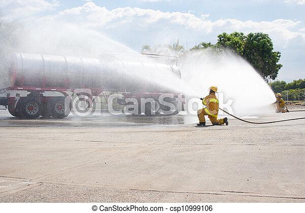 Entrenamiento de bomberos - csp10999106