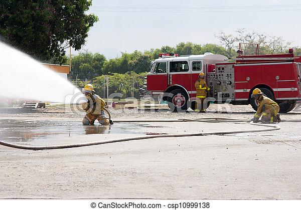 Entrenamiento de bomberos - csp10999138