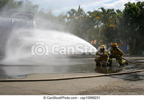 Entrenamiento de bomberos - csp10999231