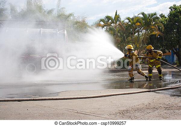 Entrenamiento de bomberos - csp10999257