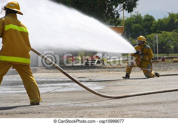 Entrenamiento de bomberos - csp10999077