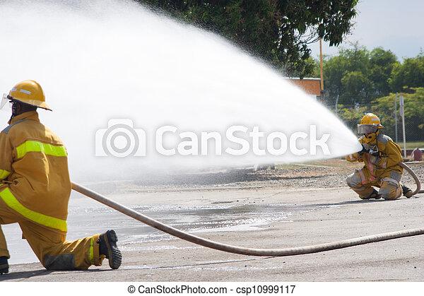 Entrenamiento de bomberos - csp10999117