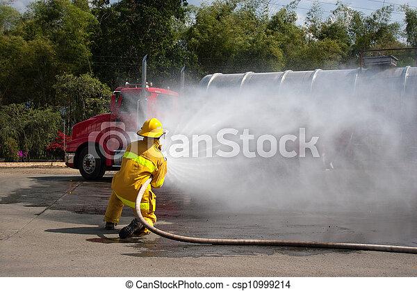 Entrenamiento de bomberos - csp10999214