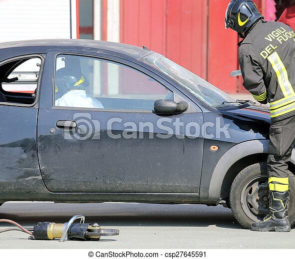 El bombero durante el entrenamiento corta el parabrisas del coche - csp27645591