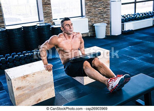 Entrenamiento de hombres musculosos en el gimnasio - csp26903969