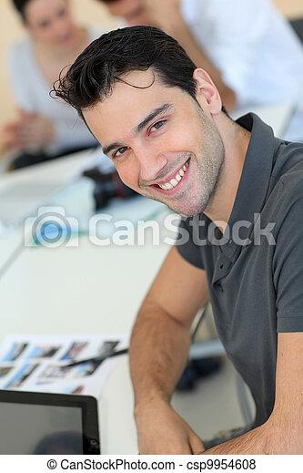 Un adulto joven en entrenamiento de negocios - csp9954608
