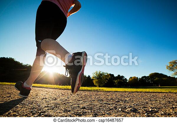 La joven mujer en forma corre, entrenando - csp16487657