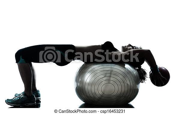 Una mujer ejercitando entrenamiento de pelota de fitness - csp16453231