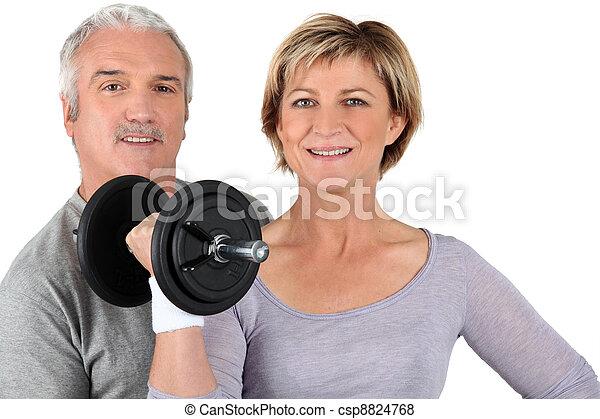 Entrenamiento de pareja en el gimnasio - csp8824768