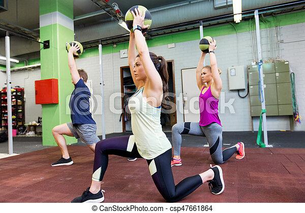 Un grupo de gente con entrenamiento de baile en el gimnasio - csp47661864