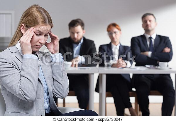 Estrés antes de la entrevista de trabajo - csp35738247