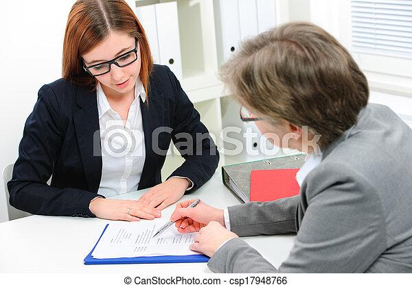 Un aspirante a trabajo teniendo una entrevista - csp17948766