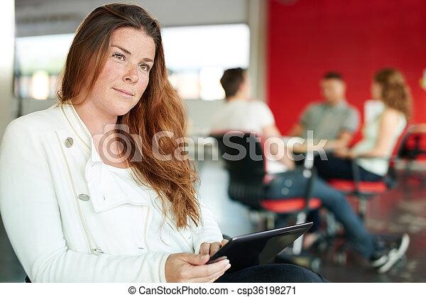 entwerfer, arbeits büro, raum, tablette, kreativ, sicher, weibliche , digital, rotes  - csp36198271